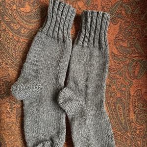 Szürke kötött zokni, Ruha & Divat, Cipő & Papucs, Zokni, Kötés, Kézzel kötött, jó meleg zokni. Puha akryl fonalból készült. Mérete 38-39 lábra., Meska