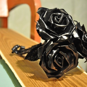Kovácsoltvas rózsacsokor, Otthon & Lakás, Dekoráció, Dísztárgy, Kovácsoltvas, Fémmegmunkálás, Kovácsoltvas rózsacsokor három vagy egyedi számú rózsával, fekete, arany vagy ezüst színben. A rózsa..., Meska