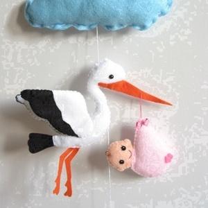 Gólya kisbabával- (lányos verzió)- függő dekoráció, ajtó-, ablak- vagy fali dísz, Gyerek & játék, Dekoráció, Otthon & lakás, Lakberendezés, Gyerekszoba, Varrás, Felhő alatt gólya száll, hozza már a kisbabát!;)\n\nA dísz hossza (akasztóval) kb. 45cm, a gólya tetsz..., Meska