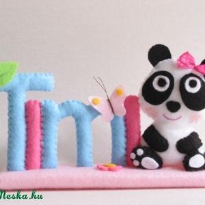 Timi - pandás- pillangós, virágos filc névtábla, Játék & Gyerek, 3 éves kor alattiaknak, Varrás, Saját tervezésű, teljes egészében kézzel varrott filc névtábla, cuki masnis panda macival, pillangóv..., Meska