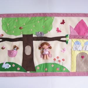 Csipke szegélyes, interaktív kislány falvédő babával és kiskutyával -  hasonló rendelhető!, Gyerek & játék, Gyerekszoba, Falvédő, takaró, Játék, Varrás, Színes, vidám interaktív falvédő kastéllyal, hintákkal, virágos fával, masnis cicával,nyuszival, mad..., Meska
