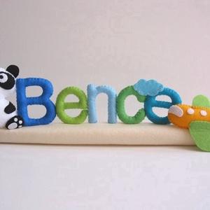 Bence - pandás-felhős-repülős filc névtábla, Gyerek & játék, Dekoráció, Otthon & lakás, Lakberendezés, Utcatábla, névtábla, Varrás, Saját tervezésű, teljes egészében kézzel készült filc névtábla cuki panda macival, felhővel és repcs..., Meska