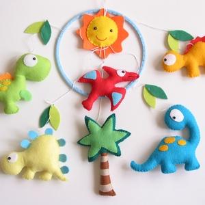 Dínók- babaforgó/ függő dísz gyerekszobába (RENDELHETŐ!), Játék & Gyerek, 3 éves kor alattiaknak, Kiságyforgó, Varrás, Mindenmás, Bájos, színes gyermekforgó cuki dínókkal.\nEgyedi tervezésű ez a különleges babaforgó, teljes egészéb..., Meska