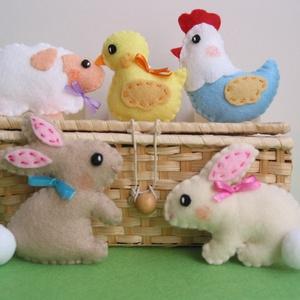 Filc húsvéti dekorációs csomag , Otthon & Lakás, Lakberendezés, Varrás, 5db kézzel készült, selyemszalag akasztóval ellátott, vidám húsvéti díszt tartalmaz a csomag.\n\nA dís..., Meska
