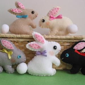 Filc húsvéti dekorációs csomag-nyuszikák(5db), Otthon & Lakás, Dekoráció, Varrás, 5db kézzel készült, selyemszalag akasztóval ellátott, vidám húsvéti nyuszi díszt tartalmaz a csomag...., Meska