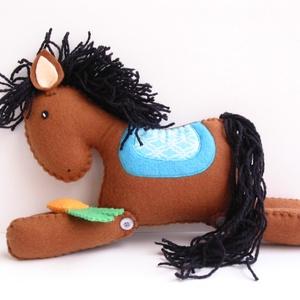 Cuki barna filcpaci répával - Azonnal vihető!, Játék, Gyerek & játék, Plüssállat, rongyjáték, Játékfigura, Varrás, Bájos filc lovacska mozgatható lábakkal, fonal sörénnyel és répával.\n\nMérete: 24cm*20cm\n\nA lovacska ..., Meska