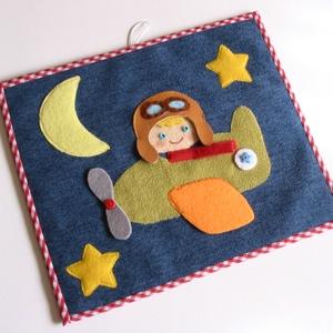 Repülős- pilótás-csillagos-holdas textilkép (Azonnal vihető), Gyerek & játék, Gyerekszoba, Baba falikép, Játék, Mindenmás, Szövet alapra készített vidám, színes textil kép a gyerekszobába, mosolygós kis pilótával, repülővel..., Meska