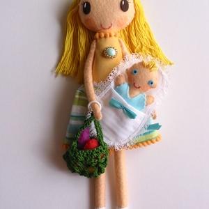 Anyu és én a piacon  - Öltöztethető textilbaba pólyás kisbabával és kiegészítőkkel , Ember, Plüssállat & Játékfigura, Játék & Gyerek, Varrás, Kedves, mosolygó anyuka baba, levehető szoknyával és kezére húzható, horgolt bevásárló szatyorral. A..., Meska