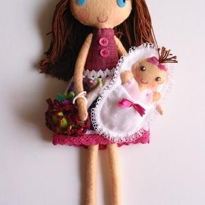 Anyu és én a piacon  - Öltöztethető textilbaba pólyás kisbabával és kiegészítőkkel , Gyerek & játék, Játék, Baba, babaház, Varrás, Kedves, mosolygó anyuka baba, levehető szoknyával és kezére húzható, horgolt bevásárló szatyorral. A..., Meska