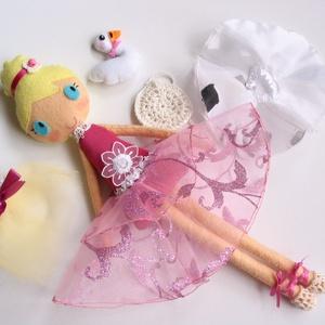Leila- öltöztethető balerina baba kis hattyúval és kiegészítőkkel (Rendelhető!), Játék & Gyerek, Baba & babaház, Öltöztethető baba, Varrás, Kedves, mosolygós, kontyos balerina baba, 3db balerina szoknyával, horgolt tarisznyával és balett ci..., Meska