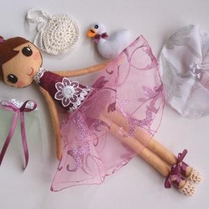 Lili- öltöztethető balerina baba kis hattyúval és kiegészítőkkel (azonnal vihető!), Gyerek & játék, Játék, Baba, babaház, Varrás, Kedves, mosolygós, kontyos balerina baba, 3db balerina szoknyával, horgolt tarisznyával és balett ci..., Meska