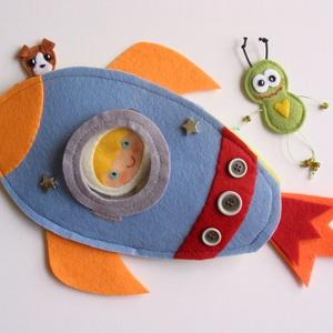 Űrhajós játszókönyv - AZONNAL VIHETŐ!!!!, Gyerek & játék, Játék, Készségfejlesztő játék, Varrás, Mert a fiúk is szeretik ám a játszókönyveket!;)\n\nA hős asztronauta, kutyájával Lajkával és kis zöld ..., Meska