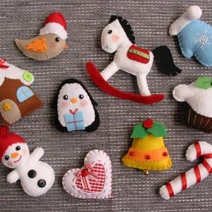 Egyedi filc karácsonyi dekorációs csomag , Otthon & Lakás, Karácsony & Mikulás, Karácsonyfadísz, Varrás, 10db aprólékos gonddal készült, selyemszalag akasztóval ellátott, vidám karácsonyi díszt tartalmaz a..., Meska