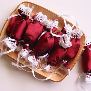 Bordó, rózsás selyem - csipkés textil szaloncukrok (10db), Karácsonyfadísz, Karácsony & Mikulás, Otthon & Lakás, Varrás, Bordó selyem anyagból készült, fehér csipkével díszített textil szaloncukrok. \nAz ár 10 db szaloncuk..., Meska