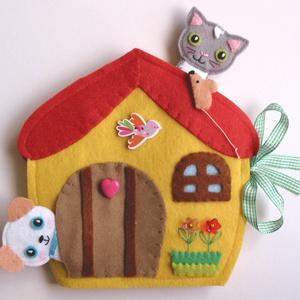 Mió és Kutyi házikója- játszókönyvecske sok-sok pakolászni valóval!, Gyerek & játék, Játék, Készségfejlesztő játék, Plüssállat, rongyjáték, Mindenmás, Varrás, Ebben a takaros kis házikóban lakik  Mió és legkedvesebb barátja Kutyi. \nA két jóbarát  nagyon szere..., Meska
