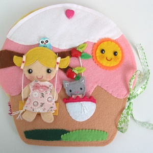 Mia muffin házikója- játszókönyvecske öltötztetős babával és kiscicával, Gyerek & játék, Játék, Készségfejlesztő játék, Plüssállat, rongyjáték, Mindenmás, Varrás, Ebben az édes kis  muffin házikóban lakik Mia, a bájos sütibaba és aprócska cicája, Milli. \nMia kedv..., Meska