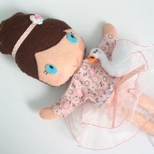 Natalia- öltöztethető balerina baba kis hattyúval és kiegészítőkkel (azonnal vihető!), Öltöztethető baba, Baba & babaház, Játék & Gyerek, Varrás, Kedves, mosolygós, kontyos balerina baba, 3db balerina szoknyával, 2db felsővel, egy kisruhával, hor..., Meska