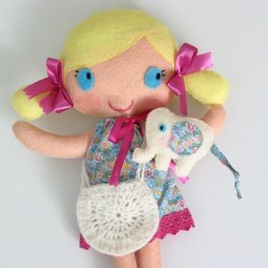 Milli- öltöztethető textilbaba kiselefánttal és kiegészítőkkel (Azonnal vihető!), Gyerek & játék, Játék, Baba, babaház, Varrás, Kedves, mosolygós, copfos öltöztethető baba  aprócska elefánival. Arca kézzel hímzett.\n\nA baba méret..., Meska