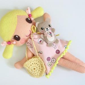 Hanni- öltöztethető textilbaba kismacival és kiegészítőkkel (Azonnal vihető!), Gyerek & játék, Játék, Baba, babaház, Varrás, Kedves, mosolygós, copfos öltöztethető baba  aprócska macival. Arca kézzel hímzett.\n\nA baba mérete:k..., Meska