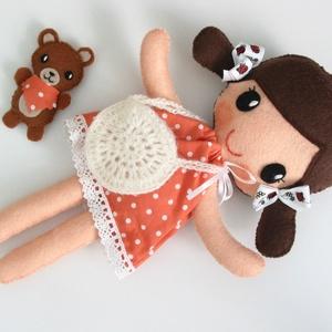 Iza- öltöztethető textilbaba kismacival és kiegészítőkkel (Azonnal vihető!), Gyerek & játék, Játék, Baba, babaház, Varrás, Kedves, mosolygós, copfos öltöztethető baba  aprócska macival. Arca kézzel hímzett.\n\nA baba mérete:k..., Meska
