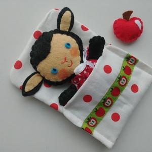 Apróságok szundizsákban- cuki bari almával, Más figura, Plüssállat & Játékfigura, Játék & Gyerek, Varrás, Cuki, öltöztethető barilány, piros szivecskés  kisruhában, répával.\n\nA szundizsák és a kis ruha kivá..., Meska