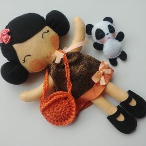 Hien- öltöztethető textilbaba pinduri pandamacival és kiegészítőkkel (Azonnal vihető!), Öltöztethető baba, Baba & babaház, Játék & Gyerek, Varrás, Kedves, mosolygós öltöztethető baba  aprócska pandamacival. Arcuk kézzel hímzett.\n\nA baba mérete:kb...., Meska