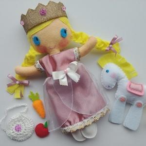 Bíborka királykisasszony- öltöztethető textilbaba lovacskával és kiegészítőkkel (Azonnal vihető!), Öltöztethető baba, Baba & babaház, Játék & Gyerek, Varrás, Kedves, mosolygós öltöztethető királylány baba  lovacskával. Arca kézzel hímzett.\n\nA baba mérete:kb...., Meska
