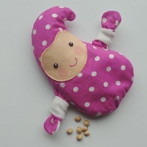 Manócska- meggymag párna (lilásrózsaszín pöttyös), Játék & Gyerek, Plüssállat & Játékfigura, Varrás, Pamut anyagból készült, meggymaggal töltött, manócska alakú gyógypárnácska. A meggymag párna nagy el..., Meska