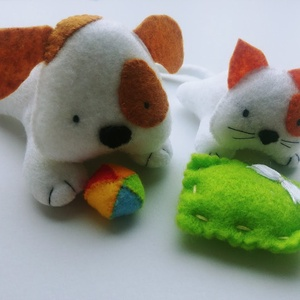 Kis kutyus labdával és pici cica párnával, Játék & Gyerek, Plüssállat & Játékfigura, Cica, Varrás, Hímzés, Két bájos , szeretgetni való apró állatka várja gondos gazdiját! :) \n\n\nMéretük: \nkutyus- kb. 8.5cm* ..., Meska