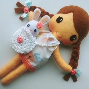 Anna- öltöztethető textilbaba kis nyuszival és kiegészítőkkel (Azonnal vihető!), Játék & Gyerek, Baba & babaház, Öltöztethető baba, Varrás, Kedves, mosolygós, fonott copfos öltöztethető baba  aprócska nyuszival. Arca kézzel hímzett.\n\nA baba..., Meska