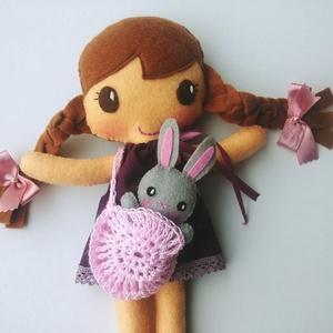 Lili- öltöztethető textilbaba kis nyuszival és kiegészítőkkel (Azonnal vihető!), Játék & Gyerek, Baba & babaház, Öltöztethető baba, Varrás, Kedves, mosolygós, fonott copfos öltöztethető baba  aprócska nyuszival. Arca kézzel hímzett.\n\nA baba..., Meska