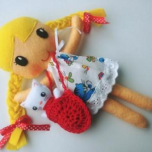 Titi- öltöztethető textilbaba kis cicával és kiegészítőkkel (Azonnal vihető!), Játék & Gyerek, Baba & babaház, Öltöztethető baba, Varrás, Kedves, mosolygós, fonott copfos öltöztethető baba  aprócska cicával. Arca kézzel hímzett.\n\nA baba m..., Meska