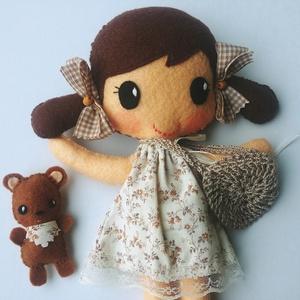 Nati- öltöztethető textilbaba kis macival és kiegészítőkkel (Azonnal vihető!), Játék & Gyerek, Baba & babaház, Öltöztethető baba, Varrás, Kedves, mosolygós, fonott copfos öltöztethető baba  aprócska macival. Arca kézzel hímzett.\n\nA baba m..., Meska