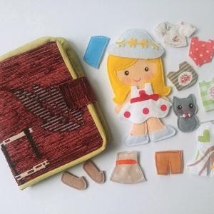 Öltöztetős baba kiscicával és 12ruha darabbal, Játék & Gyerek, Szerepjáték, Varrás, Divatos  dombormintájú, különleges szövet anyagból készült a könyvecske borítója, melynek belsejében..., Meska