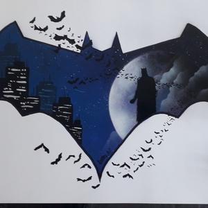 Batman festmény - festékszóróval készült, Otthon & lakás, Képzőművészet, Festmény, Festmény vegyes technika, Festészet,  Festményemet fényes kartonra készítettem. Egy Batarangot ábrázol amelyben Gotham City épületeinek s..., Meska