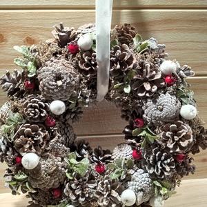 Kopogtató tobozokból 30 cm, Karácsony & Mikulás, Karácsonyi kopogtató, Virágkötés, Tobozokból összeállított kopogtató, dekor galagonyával, fehér almákkal, zölddel díszítve. 30 cm..., Meska