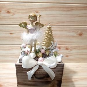 Fiókos karácsonyi asztaldísz angyal  , Karácsony & Mikulás, Karácsonyi dekoráció, Virágkötés, Karácsonyi asztaldísz natúr fa fiókban, angyal figurával, ezüst gömb gyertyával, ami fehér hópihés t..., Meska