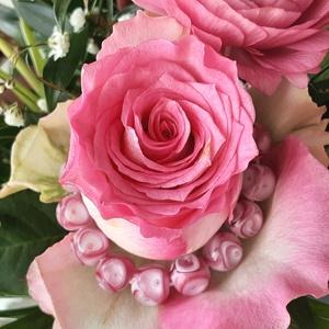 Rózsaszirom üvegékszer karkötő, Ékszer, Karkötő, Gyöngyös karkötő, Üvegművészet, Csodás ez rózsaszál: szív melengető, kedves, a szírmokban a színek harmonikusak. Egy finomlelkű nőne..., Meska