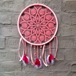 Álomfogó rózsaszínben, Álomfogó, Dekoráció, Otthon & Lakás, Horgolás, 49 cm átmérőjű, szalaggal bevont műanyag keretre horgoltam a mintát.\nA keretet horgolt zsinórokkal, ..., Meska