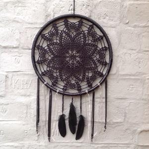 Fekete álomfogó , Álomfogó, Dekoráció, Otthon & Lakás, Horgolás, 48 cm átmérőjű, három, különböző anyagú, fekete szalaggal bevont  műanyag keretre horgoltam a mintát..., Meska
