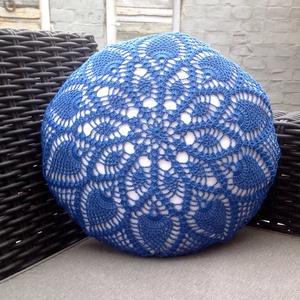 Kék horgolt mintával díszített fehér körpárna, Otthon & Lakás, Lakástextil, Párna & Párnahuzat, Varrás, Horgolás, 33 cm átmérőjű, fehér textílből készült, szivaccsal töltött díszpárna.\nA párna egyik oldala kék szín..., Meska