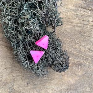 Pink márványos fülbevaló, Pötty fülbevaló, Fülbevaló, Ékszer, Ékszerkészítés, Mindenmás, Műgyantából készített háromszög fülbevaló.\nGyönyörű élénk pink színben.\nFelülete fényes és üvegszerű..., Meska
