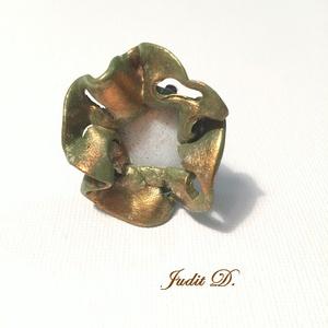 Absztrakt virág gyűrű, Ékszer, Gyűrű, Statement gyűrű, Ékszerkészítés, Gyurma, Egyedi tervezésű  4cm átmérőjű gyűrű, közepében lapos kagylógyöngy., Meska