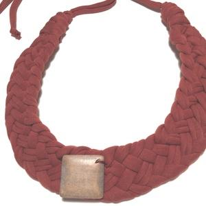 Rozsdabarna textilékszer, Statement nyaklánc, Nyaklánc, Ékszer, Ékszerkészítés, Varrás,  Hurkol pamutanyagból készült fémmentes ékszer. Középdísz fából van., Meska