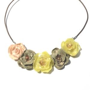 RÓZSÁK    , Ékszer, Nyaklánc, Kerámia, Porcelán vékony szirmokból készültek a rózsák. Nyaklánc hossza 48 cm, Meska