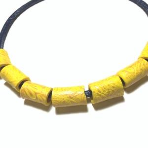 Kikerics   ékszergyurma, Ékszer, Nyaklánc, Gyurma, 50 cm hosszú anyagában mintás ékszergyurma nyaklánc sötétkék nyakrésszel., Meska