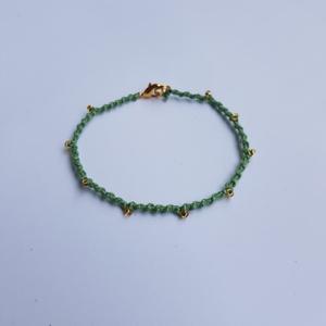Zöld csomózott karkötő arany színű gyöngyökkel, Ékszer, Karkötő, Csomózás, Egyedi készítésű zöld csomózott pamut karkötő, arany színű gyöngyökkel és delfinkapoccsal.\n\nA karköt..., Meska