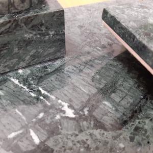 Márvány íróasztali készlet - Verde Guatemala - 35 x 20 cm , Otthon & lakás, Lakberendezés, Asztaldísz, Kőfaragás, Egyedi tervezésű és készítésű, saját alkotás, amely kis sorozatszámban készül. Ez a márványtárgy nyu..., Meska