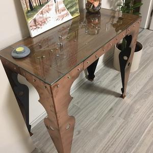 Ipari, steampunk designer asztal 40x80x73, Otthon & lakás, Bútor, Asztal, Férfiaknak, Steampunk ajándékok, Famegmunkálás, Fémmegmunkálás, Az egyedi tervezésű asztal díszek, tárgyak kiállítására készült, így az üveglap alatt kiállító mélye..., Meska