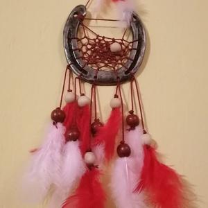 Patkóálomfogó, Otthon & Lakás, Dekoráció, Álomfogó, Újrahasznosított alapanyagból készült termékek, Patkóból készült álomfogó.\n\nFonállal fűzött, fagyöngyökkel és tollakkal díszítve. \n\nA patkó szimbólu..., Meska
